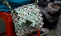 The Venezuela Street Sellers Turning Worthless Notes Into Bags and Hats